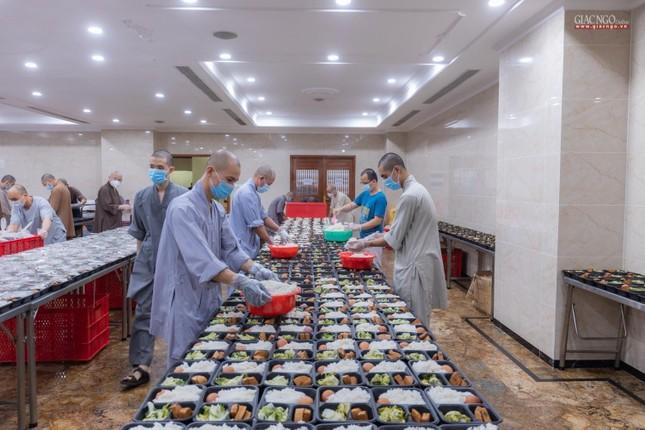 [ẢNH] Một ngày ở bếp chùa phục vụ gần 10.000 suất ăn cho lực lượng tuyến đầu chống dịch ảnh 21