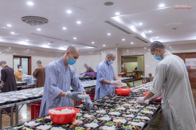 [ẢNH] Một ngày ở bếp chùa phục vụ gần 10.000 suất ăn cho lực lượng tuyến đầu chống dịch ảnh 22