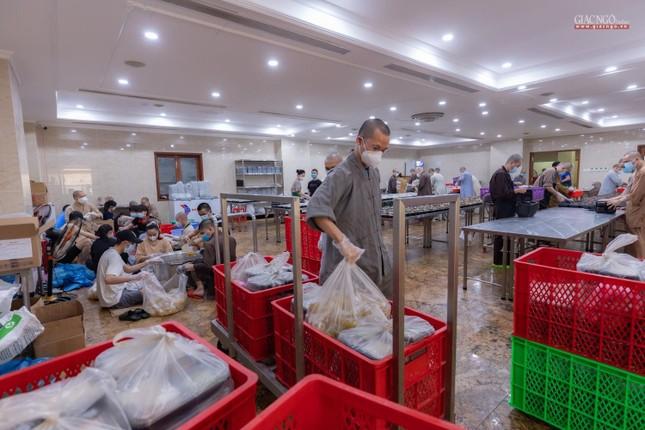 [ẢNH] Một ngày ở bếp chùa phục vụ gần 10.000 suất ăn cho lực lượng tuyến đầu chống dịch ảnh 23