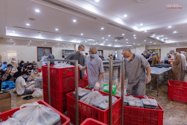 [ẢNH] Một ngày ở bếp chùa phục vụ gần 10.000 suất ăn cho lực lượng tuyến đầu chống dịch ảnh 24