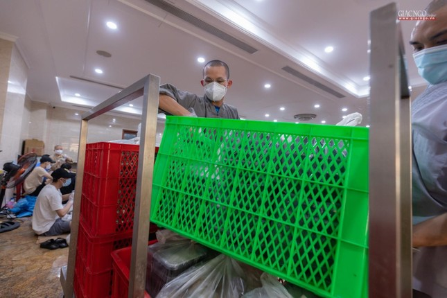 [ẢNH] Một ngày ở bếp chùa phục vụ gần 10.000 suất ăn cho lực lượng tuyến đầu chống dịch ảnh 25