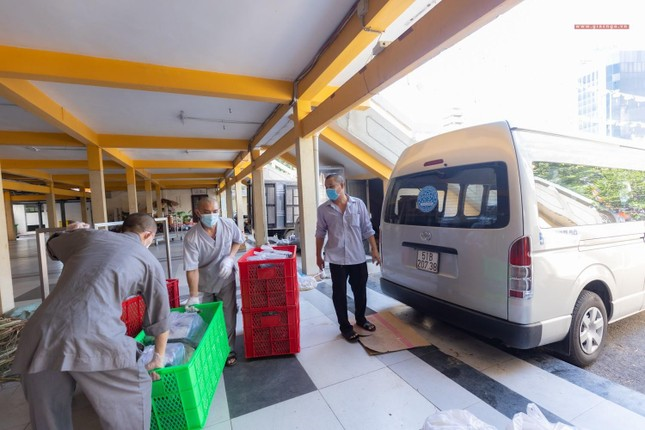 [ẢNH] Một ngày ở bếp chùa phục vụ gần 10.000 suất ăn cho lực lượng tuyến đầu chống dịch ảnh 26