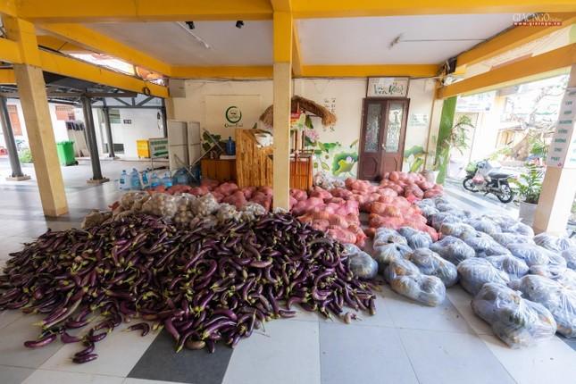 [ẢNH] Một ngày ở bếp chùa phục vụ gần 10.000 suất ăn cho lực lượng tuyến đầu chống dịch ảnh 28