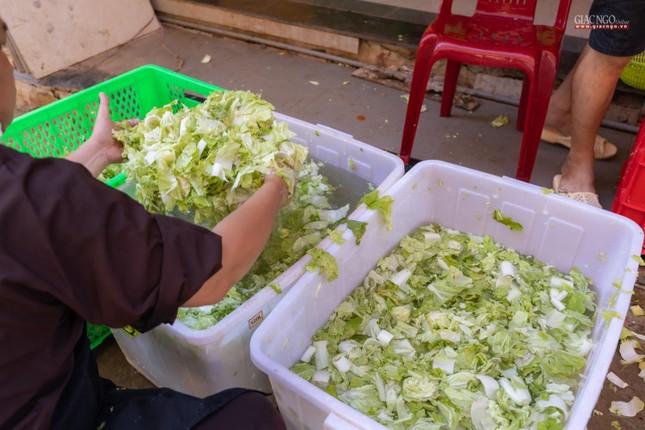 [ẢNH] Một ngày ở bếp chùa phục vụ gần 10.000 suất ăn cho lực lượng tuyến đầu chống dịch ảnh 30