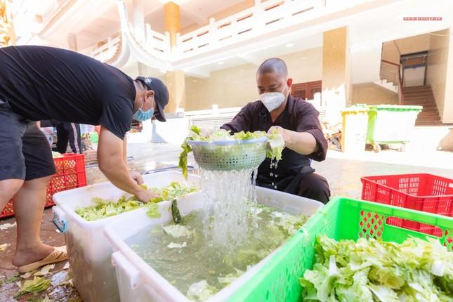 [ẢNH] Một ngày ở bếp chùa phục vụ gần 10.000 suất ăn cho lực lượng tuyến đầu chống dịch ảnh 31