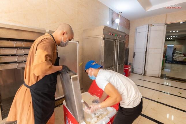 [ẢNH] Một ngày ở bếp chùa phục vụ gần 10.000 suất ăn cho lực lượng tuyến đầu chống dịch ảnh 33
