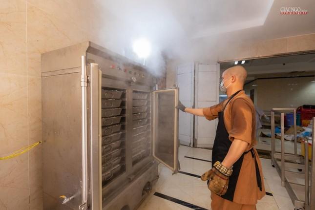 [ẢNH] Một ngày ở bếp chùa phục vụ gần 10.000 suất ăn cho lực lượng tuyến đầu chống dịch ảnh 34