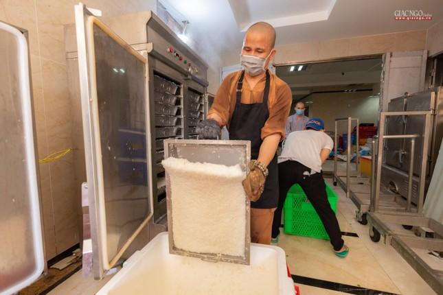 [ẢNH] Một ngày ở bếp chùa phục vụ gần 10.000 suất ăn cho lực lượng tuyến đầu chống dịch ảnh 35