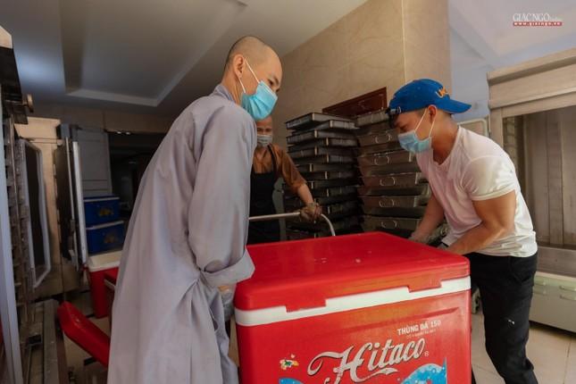[ẢNH] Một ngày ở bếp chùa phục vụ gần 10.000 suất ăn cho lực lượng tuyến đầu chống dịch ảnh 36