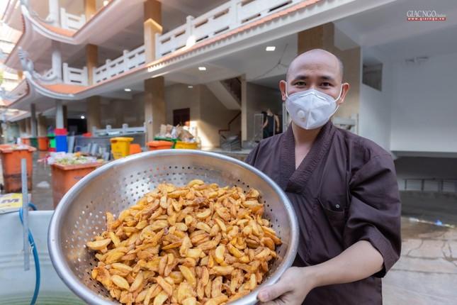 [ẢNH] Một ngày ở bếp chùa phục vụ gần 10.000 suất ăn cho lực lượng tuyến đầu chống dịch ảnh 37