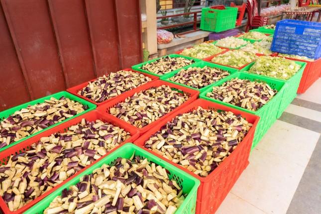 [ẢNH] Một ngày ở bếp chùa phục vụ gần 10.000 suất ăn cho lực lượng tuyến đầu chống dịch ảnh 38