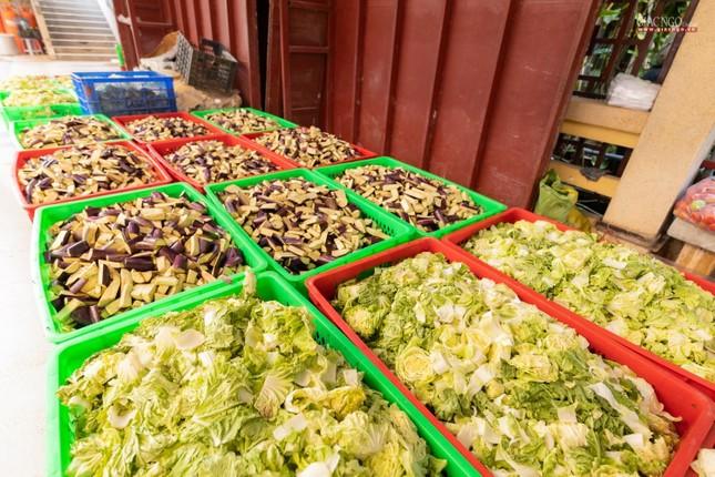 [ẢNH] Một ngày ở bếp chùa phục vụ gần 10.000 suất ăn cho lực lượng tuyến đầu chống dịch ảnh 41