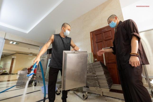 [ẢNH] Một ngày ở bếp chùa phục vụ gần 10.000 suất ăn cho lực lượng tuyến đầu chống dịch ảnh 43