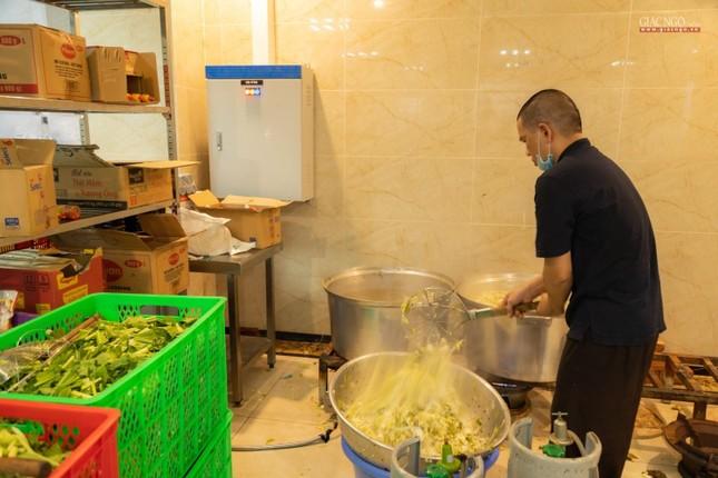[ẢNH] Một ngày ở bếp chùa phục vụ gần 10.000 suất ăn cho lực lượng tuyến đầu chống dịch ảnh 44