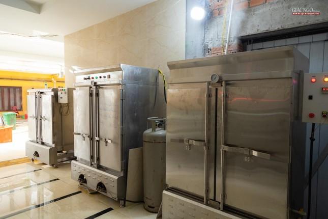 [ẢNH] Một ngày ở bếp chùa phục vụ gần 10.000 suất ăn cho lực lượng tuyến đầu chống dịch ảnh 45