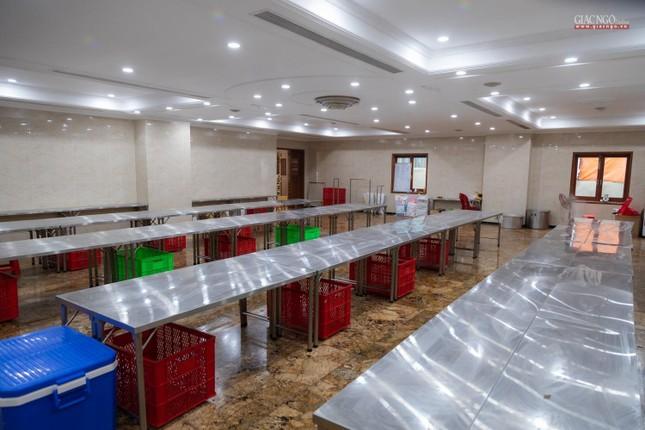 [ẢNH] Một ngày ở bếp chùa phục vụ gần 10.000 suất ăn cho lực lượng tuyến đầu chống dịch ảnh 46