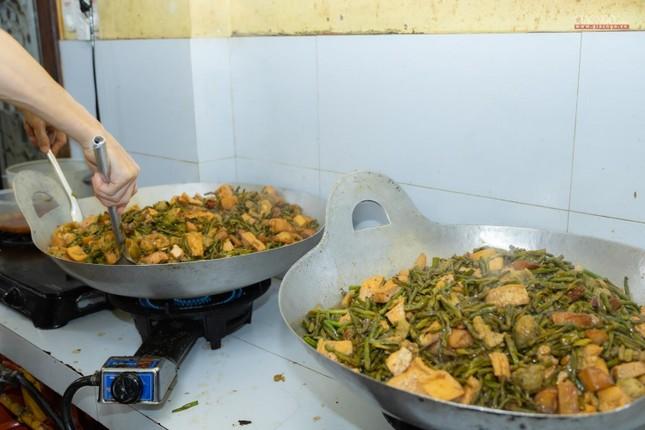 [ẢNH] Một ngày ở bếp chùa phục vụ gần 10.000 suất ăn cho lực lượng tuyến đầu chống dịch ảnh 48
