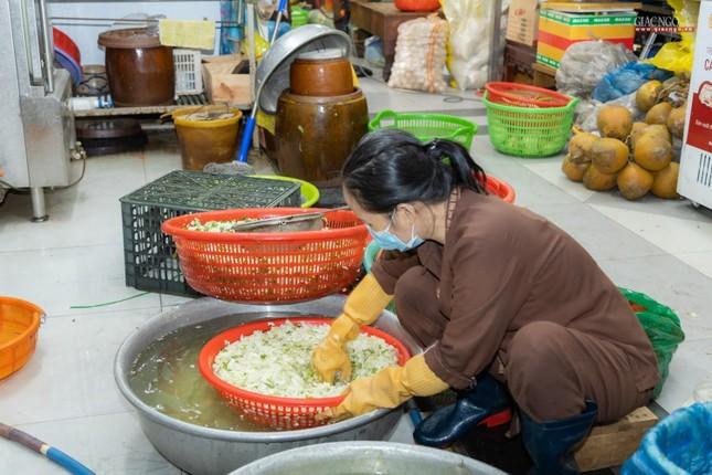 [ẢNH] Một ngày ở bếp chùa phục vụ gần 10.000 suất ăn cho lực lượng tuyến đầu chống dịch ảnh 49