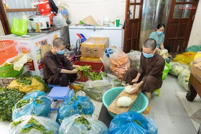 [ẢNH] Một ngày ở bếp chùa phục vụ gần 10.000 suất ăn cho lực lượng tuyến đầu chống dịch ảnh 50
