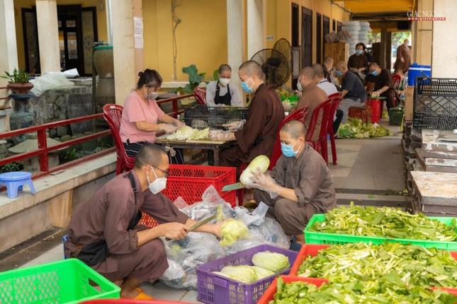 [ẢNH] Một ngày ở bếp chùa phục vụ gần 10.000 suất ăn cho lực lượng tuyến đầu chống dịch ảnh 1