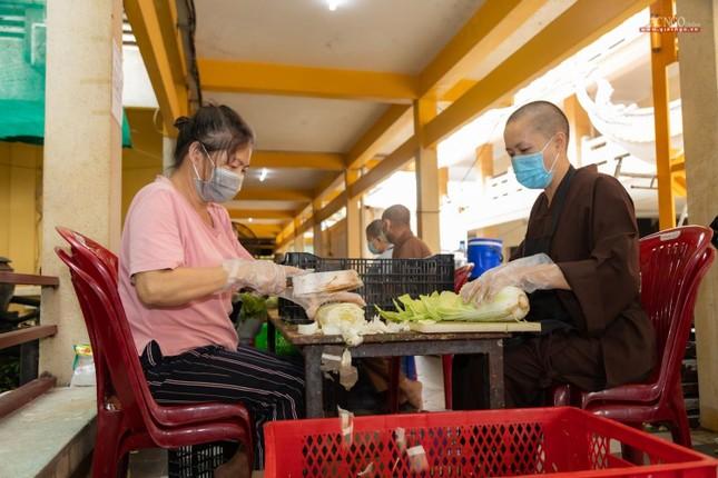 [ẢNH] Một ngày ở bếp chùa phục vụ gần 10.000 suất ăn cho lực lượng tuyến đầu chống dịch ảnh 53