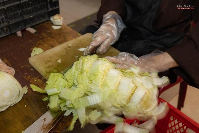 [ẢNH] Một ngày ở bếp chùa phục vụ gần 10.000 suất ăn cho lực lượng tuyến đầu chống dịch ảnh 54