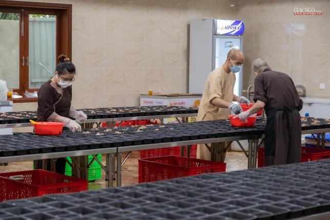 [ẢNH] Một ngày ở bếp chùa phục vụ gần 10.000 suất ăn cho lực lượng tuyến đầu chống dịch ảnh 60