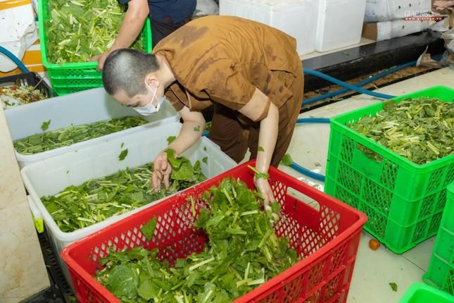 [ẢNH] Một ngày ở bếp chùa phục vụ gần 10.000 suất ăn cho lực lượng tuyến đầu chống dịch ảnh 55