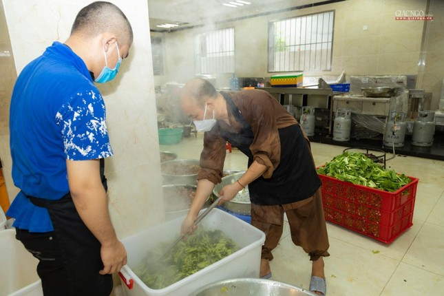 [ẢNH] Một ngày ở bếp chùa phục vụ gần 10.000 suất ăn cho lực lượng tuyến đầu chống dịch ảnh 56