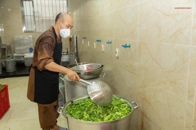 [ẢNH] Một ngày ở bếp chùa phục vụ gần 10.000 suất ăn cho lực lượng tuyến đầu chống dịch ảnh 57
