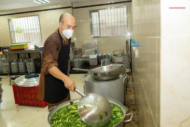 [ẢNH] Một ngày ở bếp chùa phục vụ gần 10.000 suất ăn cho lực lượng tuyến đầu chống dịch ảnh 58