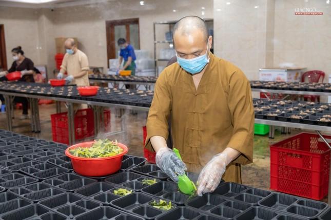 [ẢNH] Một ngày ở bếp chùa phục vụ gần 10.000 suất ăn cho lực lượng tuyến đầu chống dịch ảnh 59