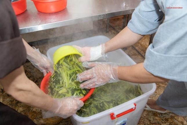 [ẢNH] Một ngày ở bếp chùa phục vụ gần 10.000 suất ăn cho lực lượng tuyến đầu chống dịch ảnh 61