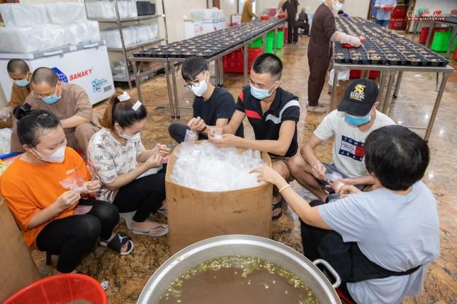 [ẢNH] Một ngày ở bếp chùa phục vụ gần 10.000 suất ăn cho lực lượng tuyến đầu chống dịch ảnh 62