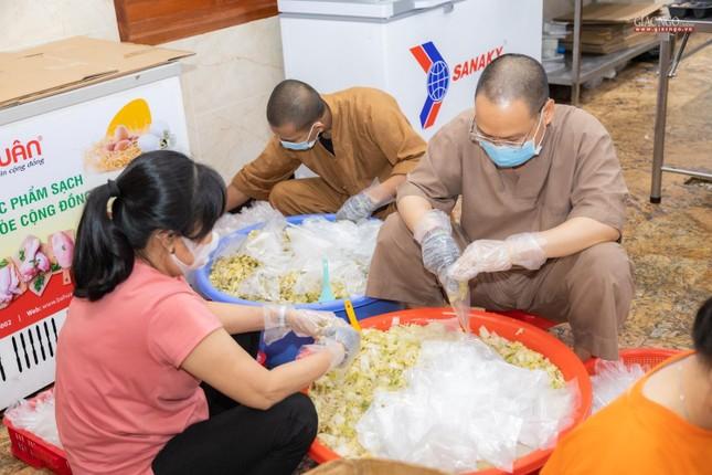 [ẢNH] Một ngày ở bếp chùa phục vụ gần 10.000 suất ăn cho lực lượng tuyến đầu chống dịch ảnh 63