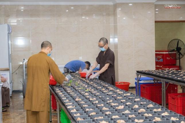 [ẢNH] Một ngày ở bếp chùa phục vụ gần 10.000 suất ăn cho lực lượng tuyến đầu chống dịch ảnh 65