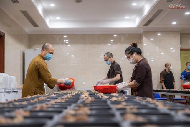 [ẢNH] Một ngày ở bếp chùa phục vụ gần 10.000 suất ăn cho lực lượng tuyến đầu chống dịch ảnh 3