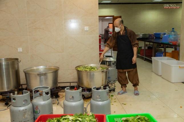 [ẢNH] Một ngày ở bếp chùa phục vụ gần 10.000 suất ăn cho lực lượng tuyến đầu chống dịch ảnh 70