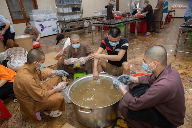 [ẢNH] Một ngày ở bếp chùa phục vụ gần 10.000 suất ăn cho lực lượng tuyến đầu chống dịch ảnh 72