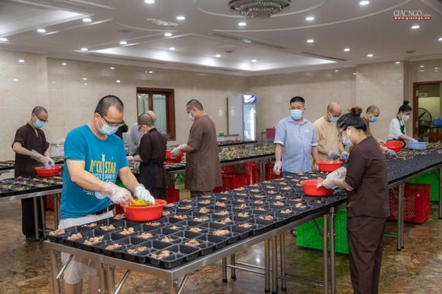 [ẢNH] Một ngày ở bếp chùa phục vụ gần 10.000 suất ăn cho lực lượng tuyến đầu chống dịch ảnh 73