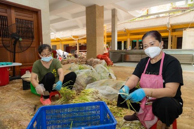 [ẢNH] Một ngày ở bếp chùa phục vụ gần 10.000 suất ăn cho lực lượng tuyến đầu chống dịch ảnh 74