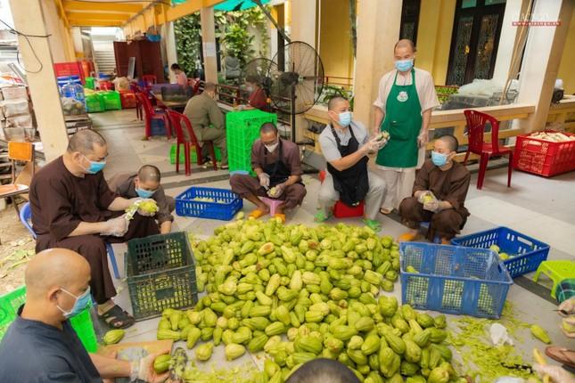 [ẢNH] Một ngày ở bếp chùa phục vụ gần 10.000 suất ăn cho lực lượng tuyến đầu chống dịch ảnh 77