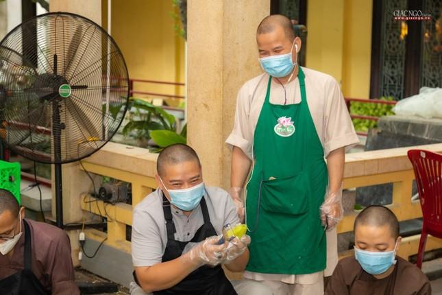 [ẢNH] Một ngày ở bếp chùa phục vụ gần 10.000 suất ăn cho lực lượng tuyến đầu chống dịch ảnh 78