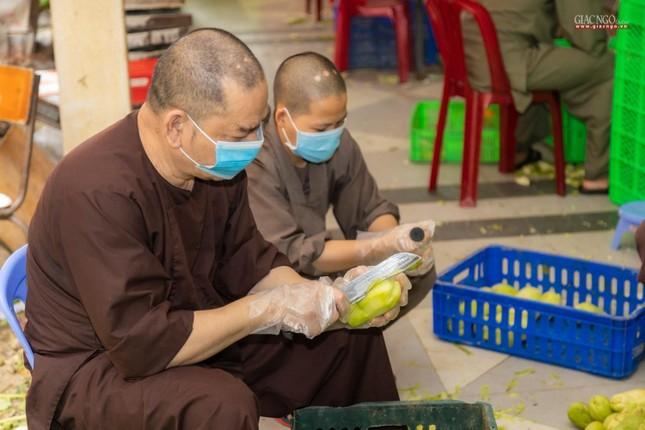 [ẢNH] Một ngày ở bếp chùa phục vụ gần 10.000 suất ăn cho lực lượng tuyến đầu chống dịch ảnh 79