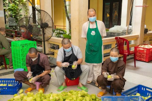 [ẢNH] Một ngày ở bếp chùa phục vụ gần 10.000 suất ăn cho lực lượng tuyến đầu chống dịch ảnh 80