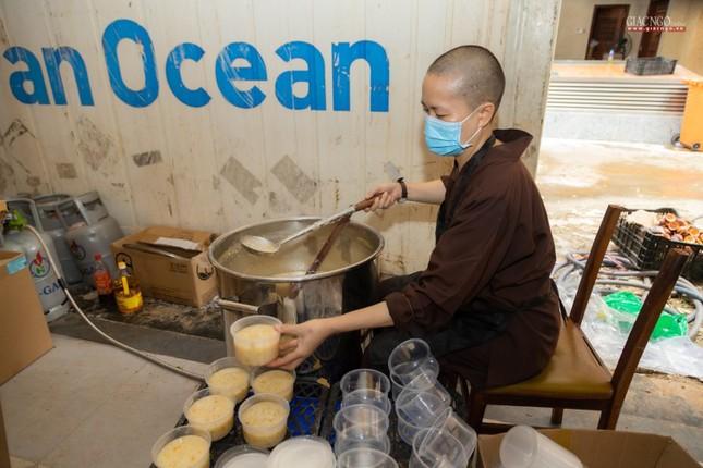 [ẢNH] Một ngày ở bếp chùa phục vụ gần 10.000 suất ăn cho lực lượng tuyến đầu chống dịch ảnh 82