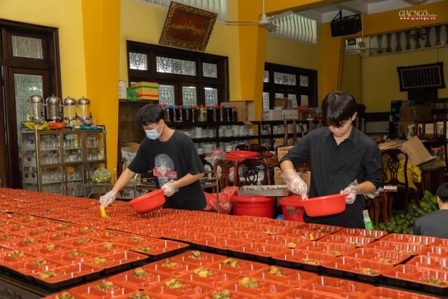 [ẢNH] Một ngày ở bếp chùa phục vụ gần 10.000 suất ăn cho lực lượng tuyến đầu chống dịch ảnh 83