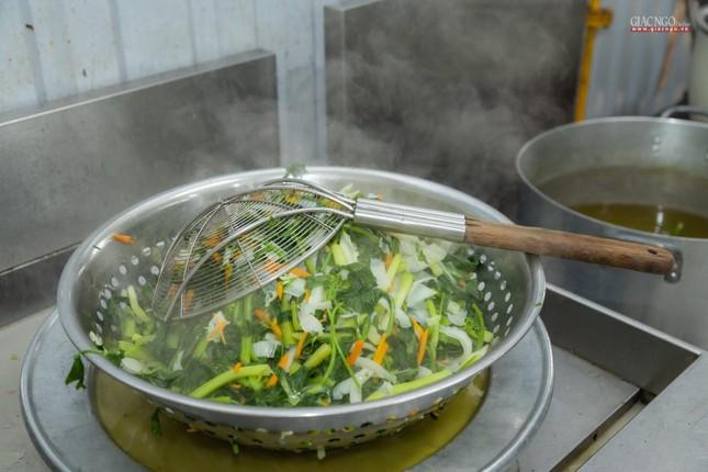 [ẢNH] Một ngày ở bếp chùa phục vụ gần 10.000 suất ăn cho lực lượng tuyến đầu chống dịch ảnh 87