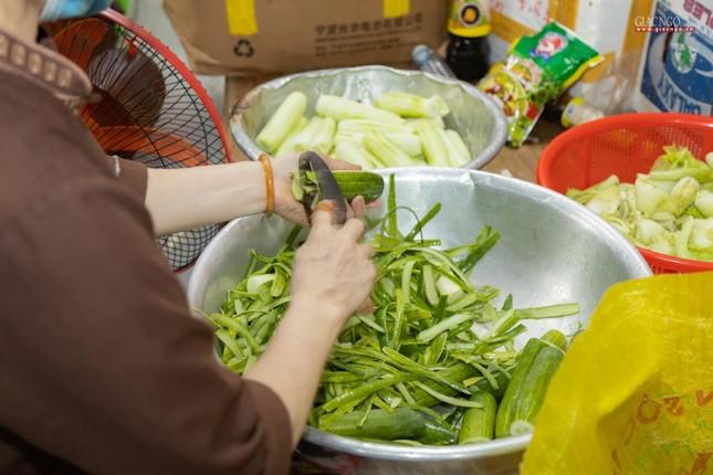 [ẢNH] Một ngày ở bếp chùa phục vụ gần 10.000 suất ăn cho lực lượng tuyến đầu chống dịch ảnh 89