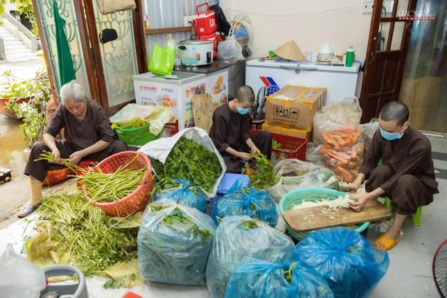 [ẢNH] Một ngày ở bếp chùa phục vụ gần 10.000 suất ăn cho lực lượng tuyến đầu chống dịch ảnh 90